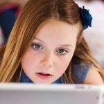 Cercetătorii avertizează: Expunerea prelungită la ecran îmbătrânește creierul copiilor