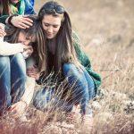 Cum îți poți ajuta prietenii să treacă peste depresie